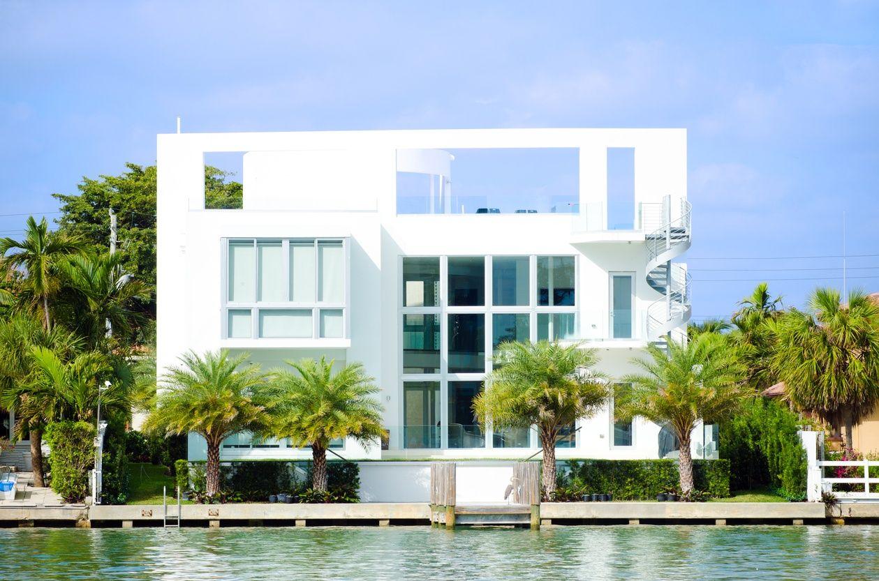华丽而现代的白色迈阿密水边豪宅