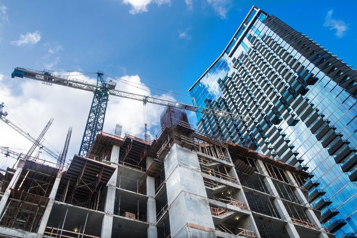 在迈阿密与蓝天的背景下,在建设前的公寓的图像
